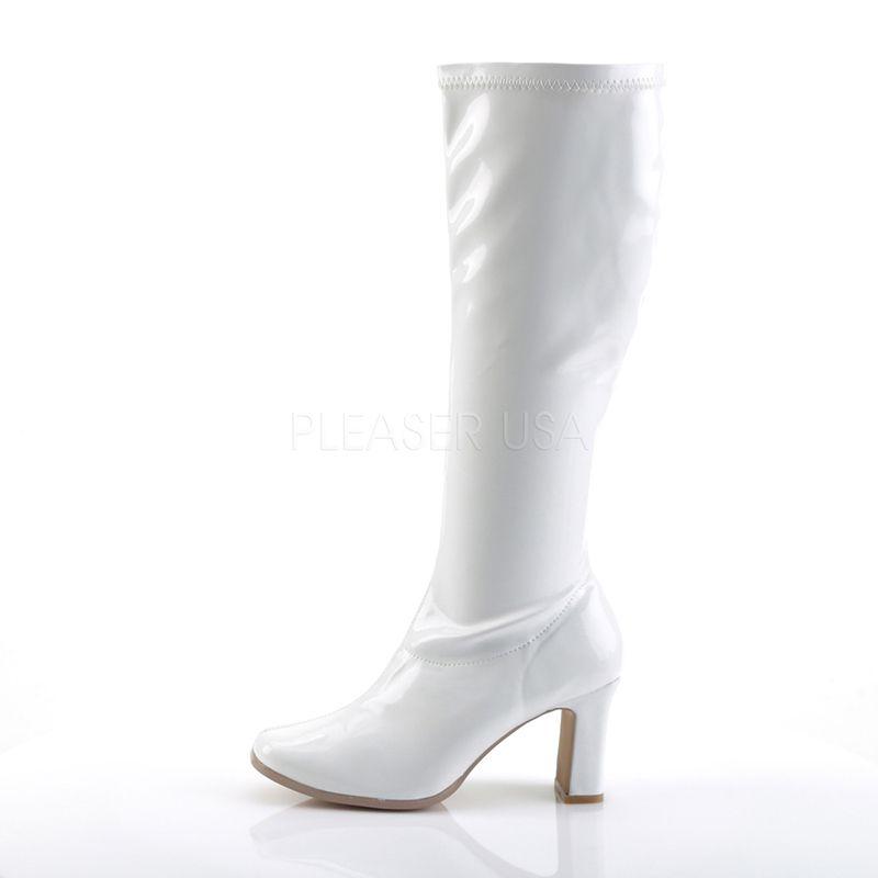 Porter des bottes blanches vernies avec une jupe
