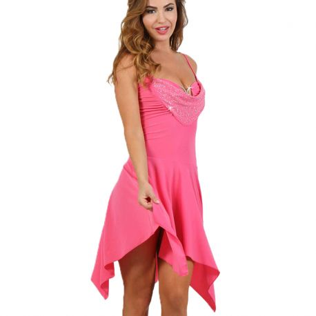 fille en robe rose asymétrique