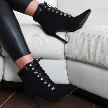 fille sexy en bottines noires